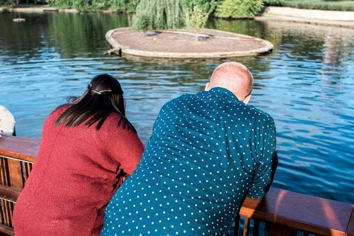 Màn cầu hôn xui xẻo: Nhẫn kim cương ngàn đô rơi xuống hồ - Ảnh 4