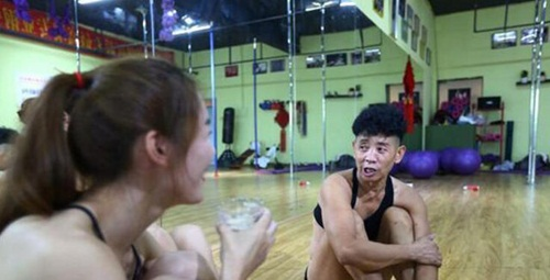 Gái trẻ cũng phải xấu hổ trước màn múa cột của ông U70 này - Ảnh 5