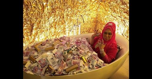 Khi nhà giàu nổi cơn khoe của: Ngụp lặn trong bồn tiền, vàng, trang sức - Ảnh 1