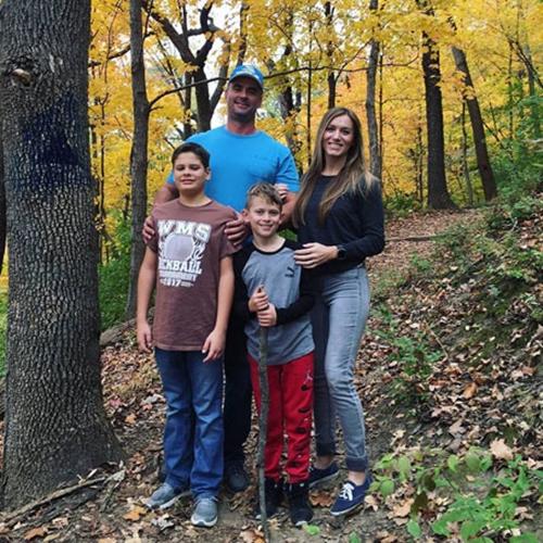 Ngã ngửa với bức ảnh gia đình bị nhiếp ảnh gia photoshop quá đà - Ảnh 2