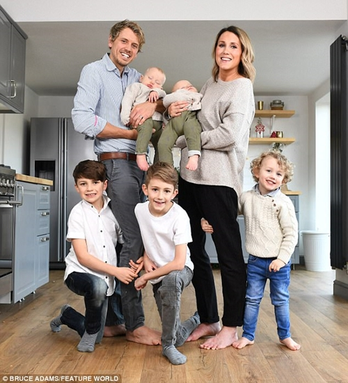 Chán cuộc sống yên ả, cặp vợ chồng bán nhà đưa 5 con nhỏ đi du lịch thế giới - Ảnh 1