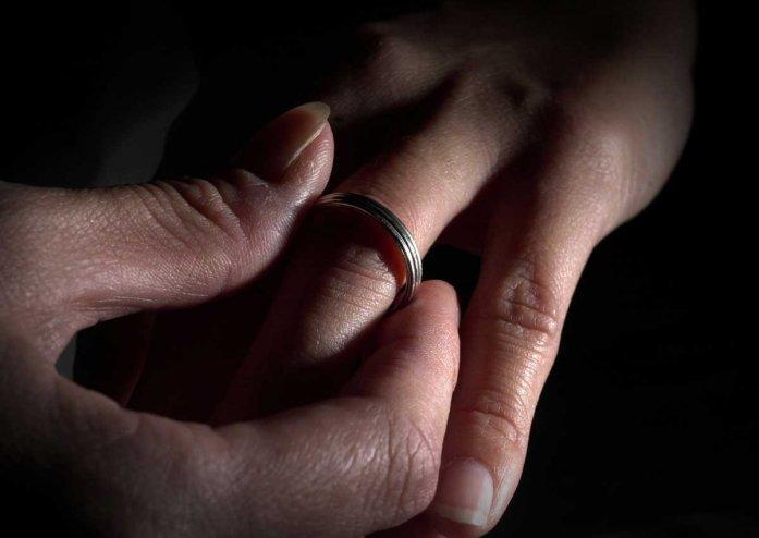 Kì lạ vợ đòi ly hôn vì chồng đối xử với vợ con tốt hơn mẹ chồng - Ảnh 1