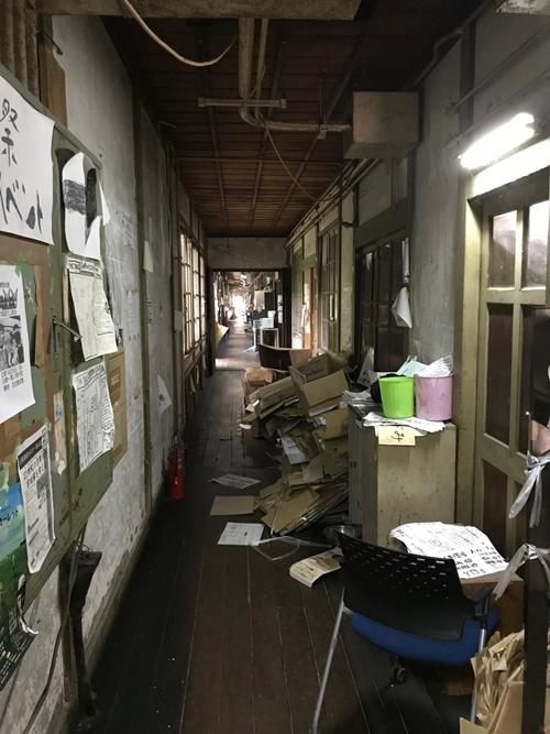 Cận cảnh khu nhà ký túc xá sinh viên hơn 100 tuổi tồi tàn nhất thế giới ở Nhật - Ảnh 3