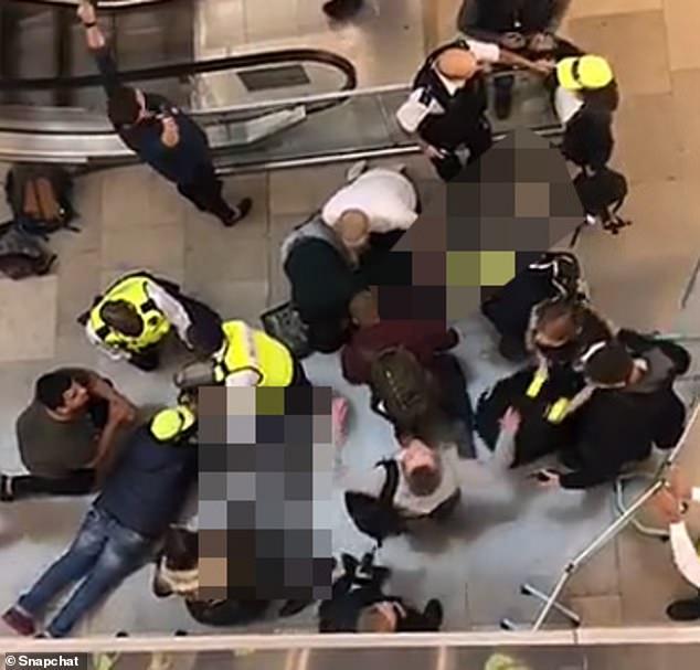 Tai họa trời giáng: Người đi đường cấp cứu do bị thanh niên nhảy lầu tự tử rơi trúng đầu - Ảnh 1