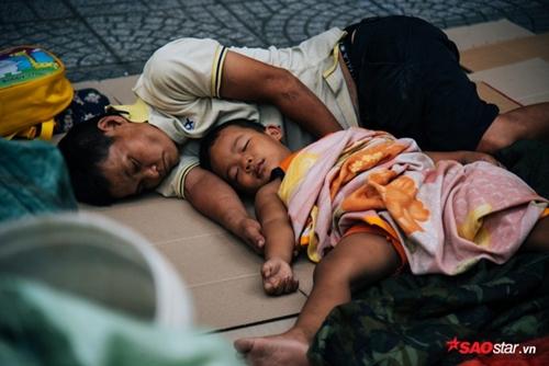 Từ bức ảnh gây bão mạng tới đời thực của hai mẹ con cậu bé trên chiếc xe chở đầy ve chai - Ảnh 4