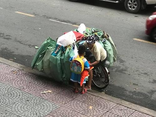 Từ bức ảnh gây bão mạng tới đời thực của hai mẹ con cậu bé trên chiếc xe chở đầy ve chai - Ảnh 6
