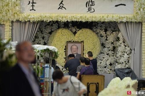 Nhiều nghệ sĩ và người nổi tiếng Trung Quốc gửi hoa viếng tang lễ Kim Dung - Ảnh 1
