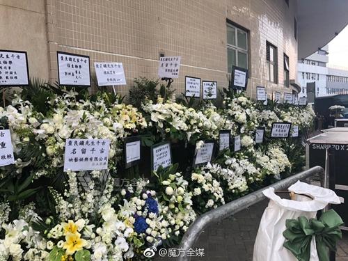 Nhiều nghệ sĩ và người nổi tiếng Trung Quốc gửi hoa viếng tang lễ Kim Dung - Ảnh 5