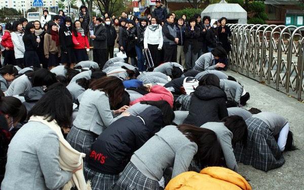 Áp lực nặng nề của của kỳ thi đại học ở Hàn Quốc và những phong tục kỳ quái - Ảnh 5