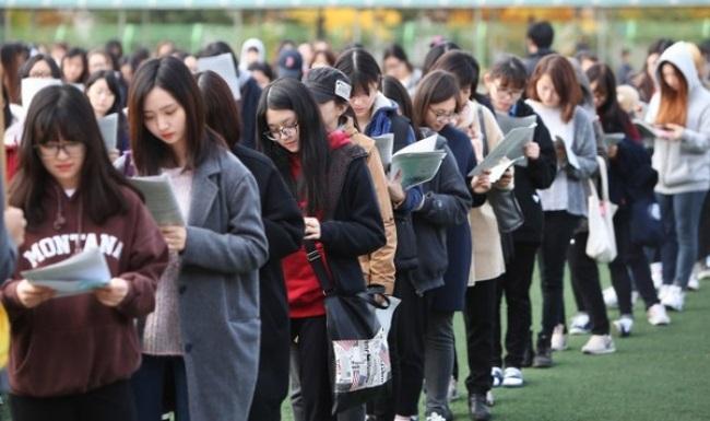 Áp lực nặng nề của của kỳ thi đại học ở Hàn Quốc và những phong tục kỳ quái - Ảnh 1