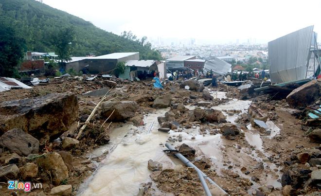 Nguyên nhân nào khiến trận lũ kinh hoàng ở Nha Trang gây hậu quả nặng nề? - Ảnh 1