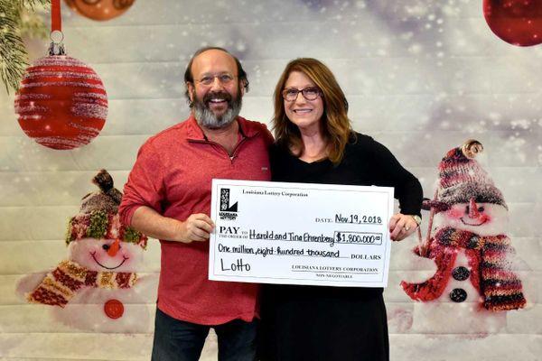Dọn nhà, cặp vợ chồng phát hiện vé số trúng thưởng gần 2 triệu đô sắp hết hạn - Ảnh 2