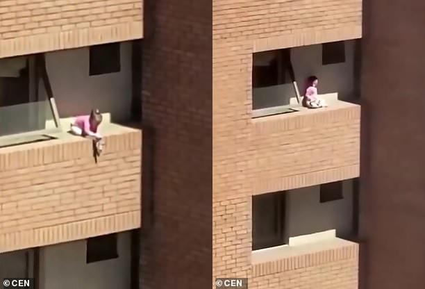 Thót tim với cảnh cô bé chơi búp bê chênh vênh trên gờ tường căn hộ tầng 4 - Ảnh 1