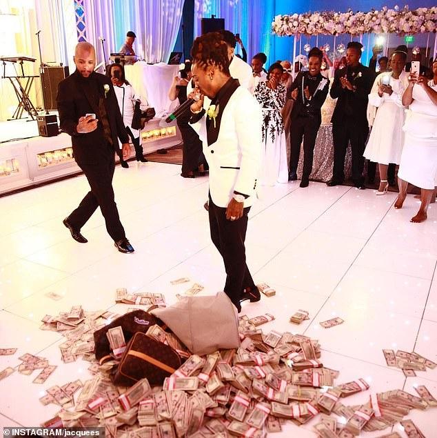Nam ca sĩ đổ tiền tỷ xuống sàn nhà mừng đám cưới mẹ - Ảnh 1
