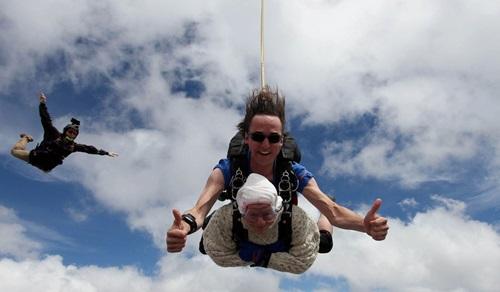 Kỉ lục Guinness: Cụ bà 102 tuổi liều lĩnh nhảy dù từ độ cao 4.200m - Ảnh 4
