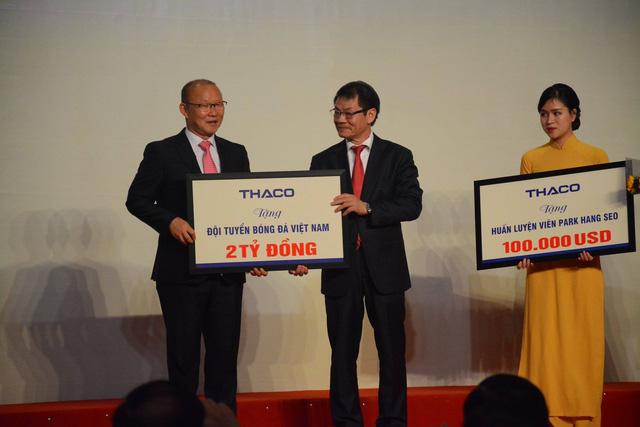 Doanh nghiệp thưởng 100 ngàn USD, HLV Park Hang-seo 'trao tay' ngay làm từ thiện - Ảnh 1