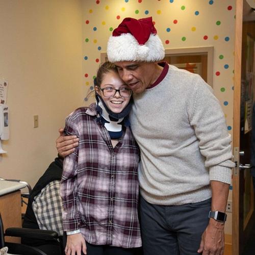 Ông Obama bất ngờ mặc đồ ông già Noel, đến bệnh viện tặng quà các bệnh nhi - Ảnh 3