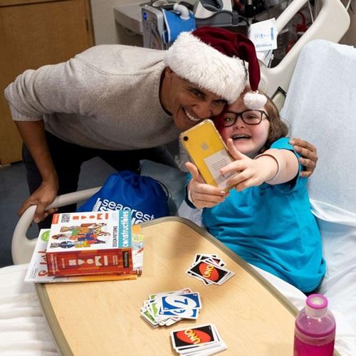 Ông Obama bất ngờ mặc đồ ông già Noel, đến bệnh viện tặng quà các bệnh nhi - Ảnh 4