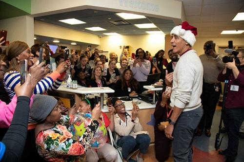 Ông Obama bất ngờ mặc đồ ông già Noel, đến bệnh viện tặng quà các bệnh nhi - Ảnh 5