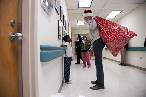 Ông Obama bất ngờ mặc đồ ông già Noel, đến bệnh viện tặng quà các bệnh nhi - Ảnh 1