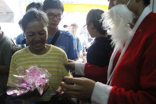 """""""Ông già Noel"""" mang quà đến cho người nghèo trong ngày Giáng sinh ở TP HCM - Ảnh 3"""