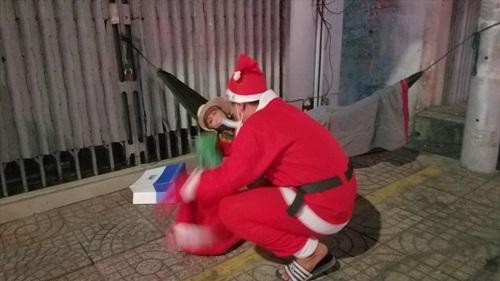 """""""Ông già Noel"""" mang quà đến cho người nghèo trong ngày Giáng sinh ở TP HCM - Ảnh 7"""