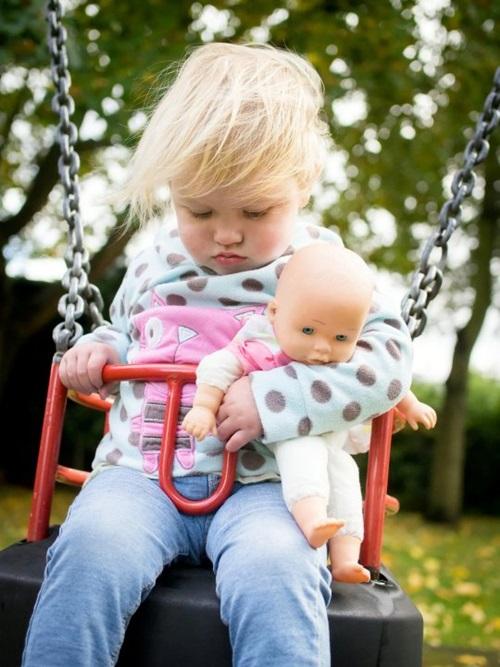 Mẹ phát hiện con gái nhỏ bị ung thư qua bức ảnh bố chụp có chi tiết lạ nhưng dễ bị bỏ qua - Ảnh 1