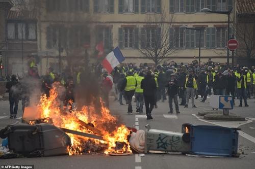 """Bạo loạn """"Áo vàng"""" tại Pháp: Paris chìm trong khói lửa vì bị đốt phá thâu đêm - Ảnh 4"""