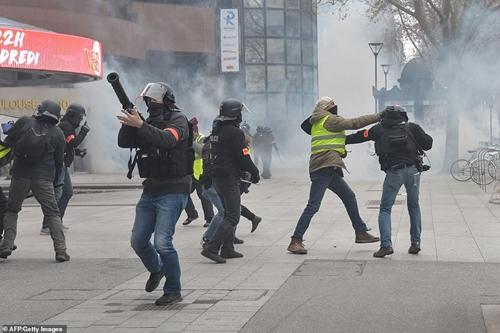 """Bạo loạn """"Áo vàng"""" tại Pháp: Paris chìm trong khói lửa vì bị đốt phá thâu đêm - Ảnh 5"""