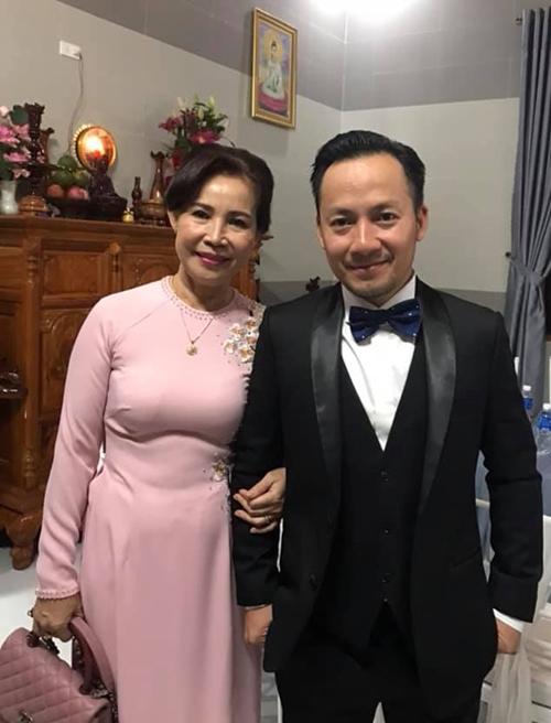 Tiến Đạt được vợ trẻ chăm sóc kỹ lưỡng trong lễ cưới - Ảnh 5