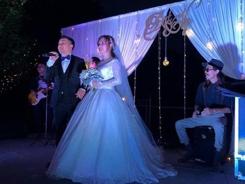 Tiến Đạt được vợ trẻ chăm sóc kỹ lưỡng trong lễ cưới - Ảnh 8