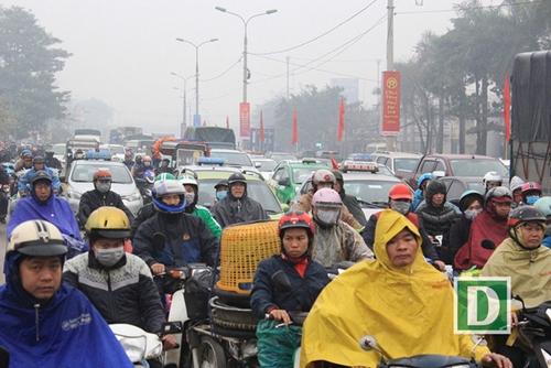 Người dân khốn khổ tìm cách thoát khỏi Hà Nội dưới trời mưa rét để về quê đón Tết - Ảnh 2