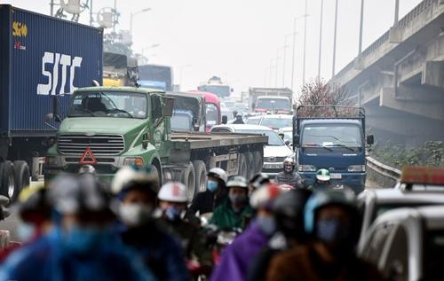 Người dân khốn khổ tìm cách thoát khỏi Hà Nội dưới trời mưa rét để về quê đón Tết - Ảnh 9