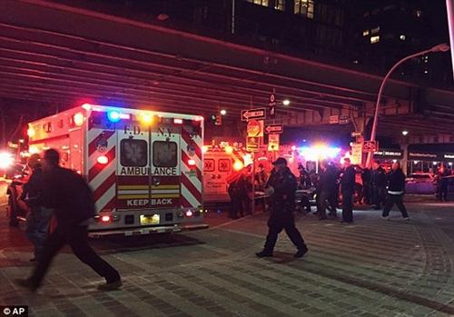 Cận cảnh hiện trường vụ trực thăng rơi ở New York - Ảnh 12