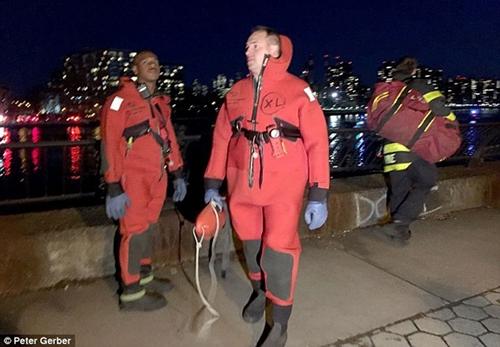 Cận cảnh hiện trường vụ trực thăng rơi ở New York - Ảnh 4