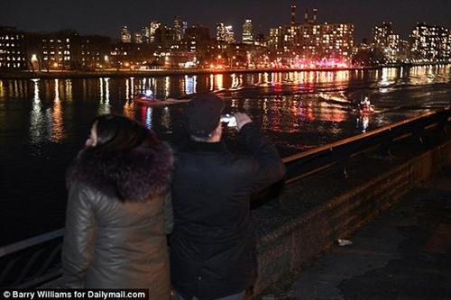 Cận cảnh hiện trường vụ trực thăng rơi ở New York - Ảnh 6