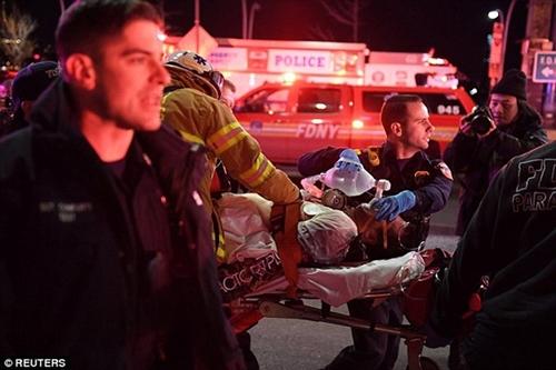 Cận cảnh hiện trường vụ trực thăng rơi ở New York - Ảnh 11