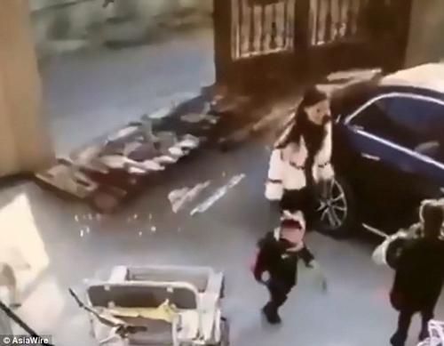 Hãi hùng cảnh thoát chết trong gang tấc của hai mẹ con khi cánh cổng sắt đột nhiên đổ sập - Ảnh 2
