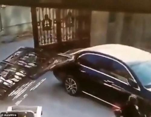 Hãi hùng cảnh thoát chết trong gang tấc của hai mẹ con khi cánh cổng sắt đột nhiên đổ sập - Ảnh 4