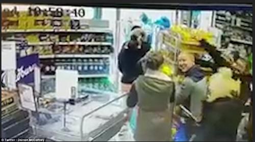 """Ireland: Người dân đổ xô đi mua thực phẩm dự trữ vì sợ """"Quái vật phương Đông"""" - Ảnh 2"""
