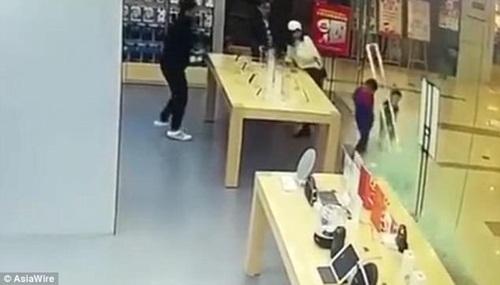 Cửa kính cửa hàng Apple rơi, làm rách mặt bé 4 tuổi - Ảnh 1