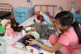 Chỉ sau 1 đêm sốt cao, bé gái 3 tuổi phải cắt bỏ tứ chi - Ảnh 1