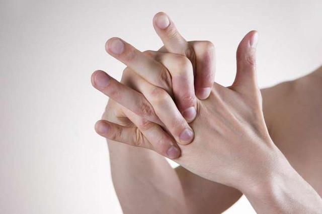 Thói quen bẻ khớp ngón tay có hại hay vô hại? - Ảnh 1