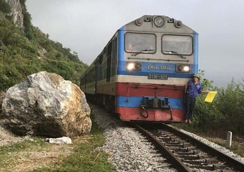 Quảng Bình: Đường sắt Bắc - Nam ách tắc do lở núi đá - Ảnh 2