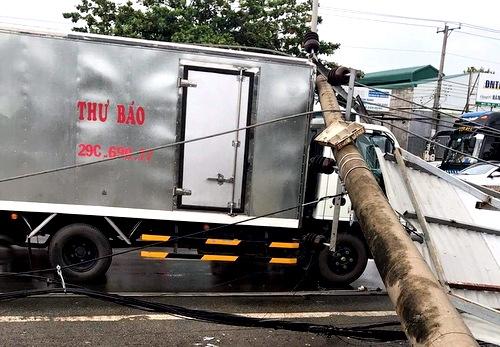 Hàng loạt cột điện bị đổ do lốc xoáy ở Vũng Tàu - Ảnh 2