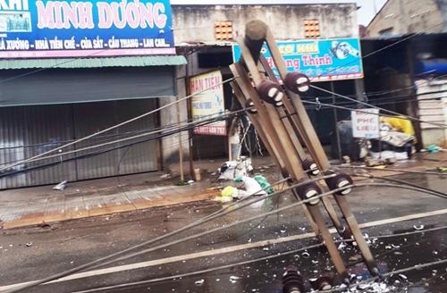 Hàng loạt cột điện bị đổ do lốc xoáy ở Vũng Tàu - Ảnh 3