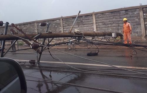 Hàng loạt cột điện bị đổ do lốc xoáy ở Vũng Tàu - Ảnh 4