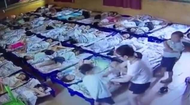 Bắt giữ hai giáo viên mầm non dùng kẹp giấy đâm học sinh vì tội không ngủ trưa  - Ảnh 3