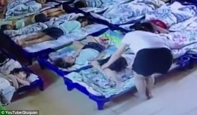 Bắt giữ hai giáo viên mầm non dùng kẹp giấy đâm học sinh vì tội không ngủ trưa  - Ảnh 1