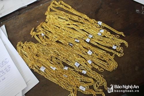 Bắt giữ băng nhóm chuyên lừa đảo bán vàng giả ở miền Trung - Ảnh 2